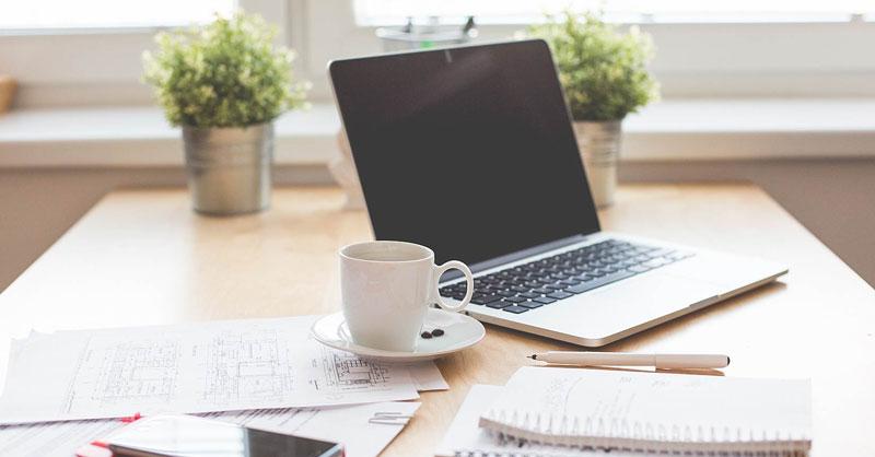 Máy tính xách tay hoặc máy tính để bàn